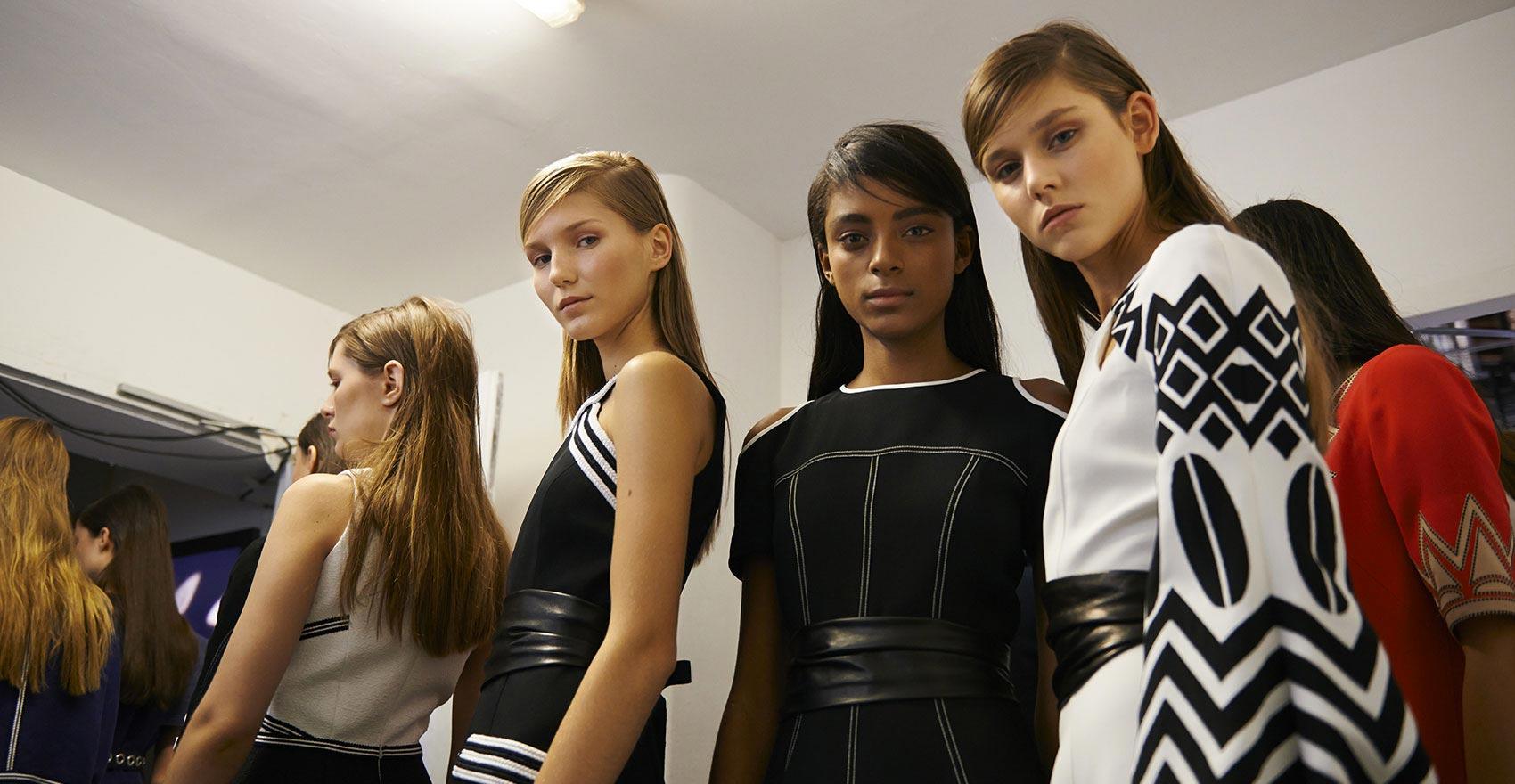 Backstage Andrew GN colección Primavera-Verano 2016 Grupo peinados modelos   René Furterer