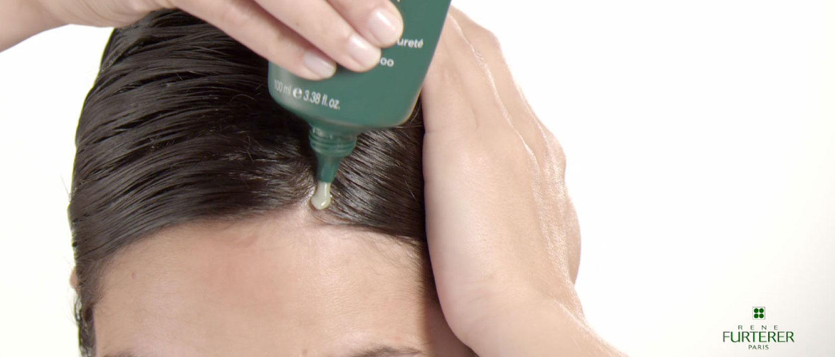 Anwendung der klärenden Shampoo-Maske Curbicia | René Furterer
