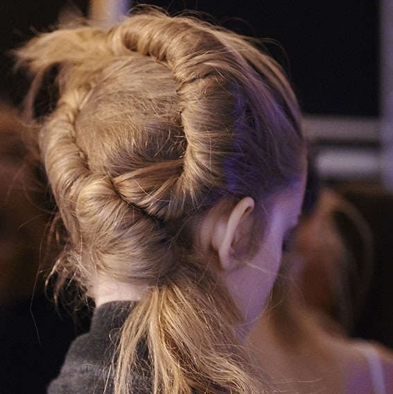 Backstage Véronique Leroy Frühjahr-Sommer 2016 Kollektion Fashion Week Mini-Chignon | René Furterer